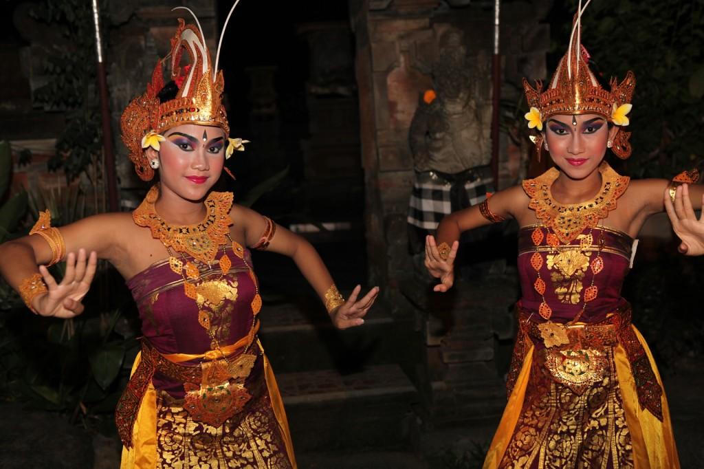 bali-dancers-nighttime